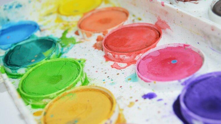 Kasten mit verschiedenen Wasserfarben
