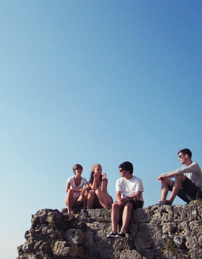 Jugendliche sitzen auf Berg