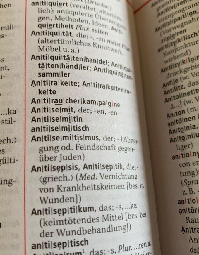 Es ist der Eintrag Antisemitismus im Wörterbuch zu sehen..